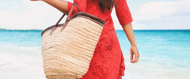 Torba plażowa - niezbędny dodatek na lato. Stylowe modele, które możesz nosić również po mieście