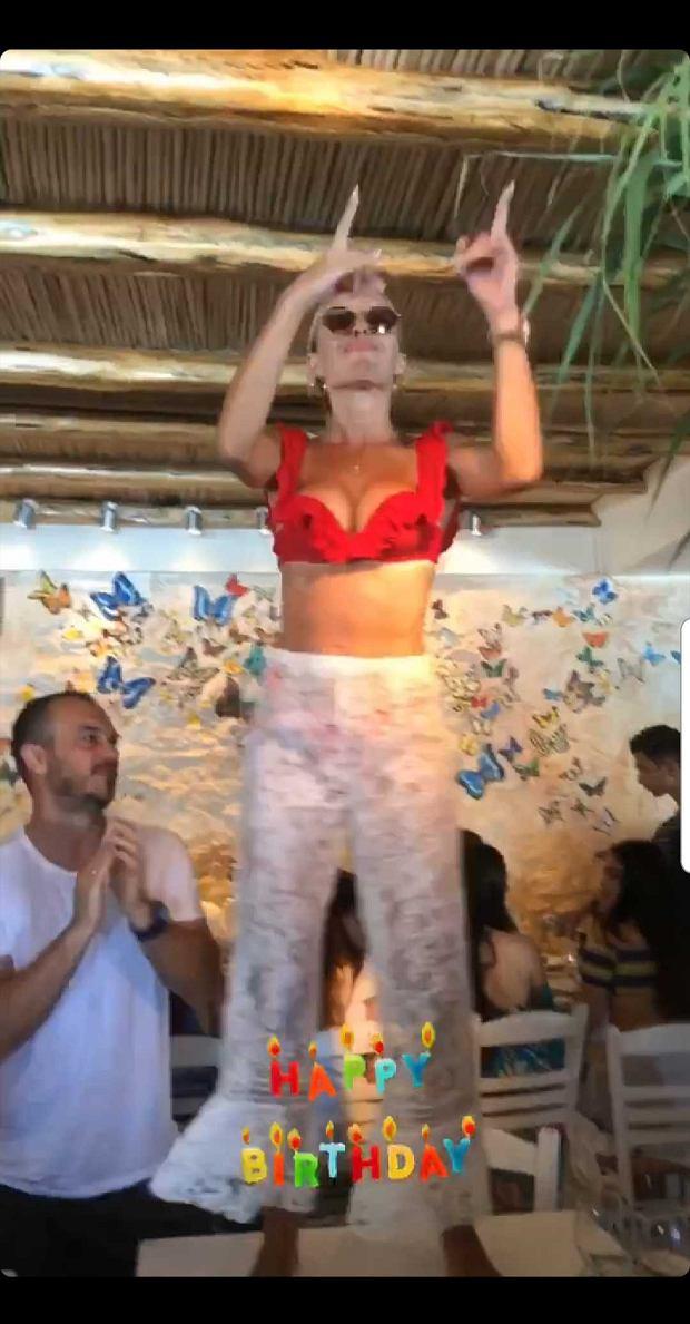 Ewa Chodakowska tańczy na stole