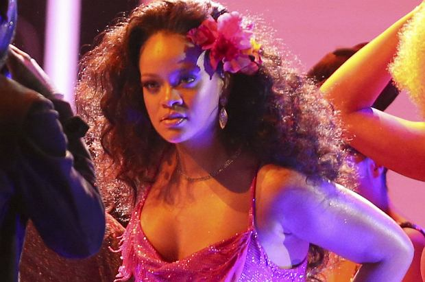 W zeszłym roku pojawiły się informacje, że Rihanna jest w ciąży. Nie odniosła się do tego, jednak jej wygląd na Grammy podkręca atmosferę.