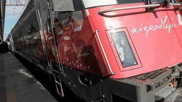 Wizyta ministra infrastruktury Andrzeja Adamczyka na dworcu w Poznaniu. Minister przyjechał pociągiem Intercity w barwach narodowych