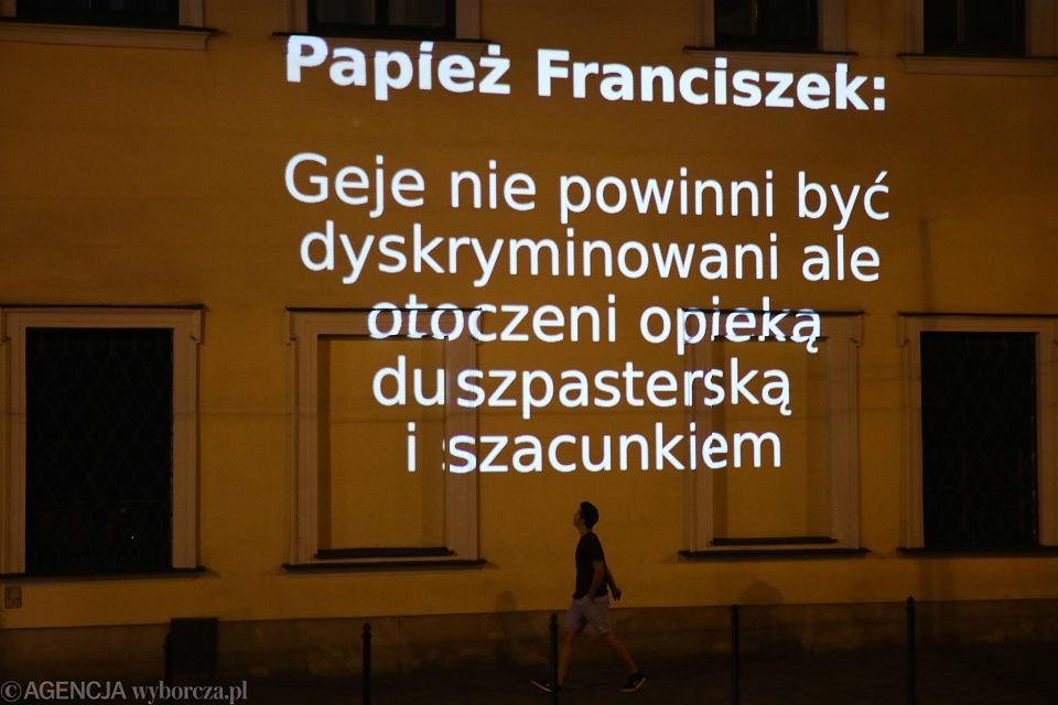 Cytaty Z Papieża Franciszka Ws Gejów Wyświetlone Na Budynku