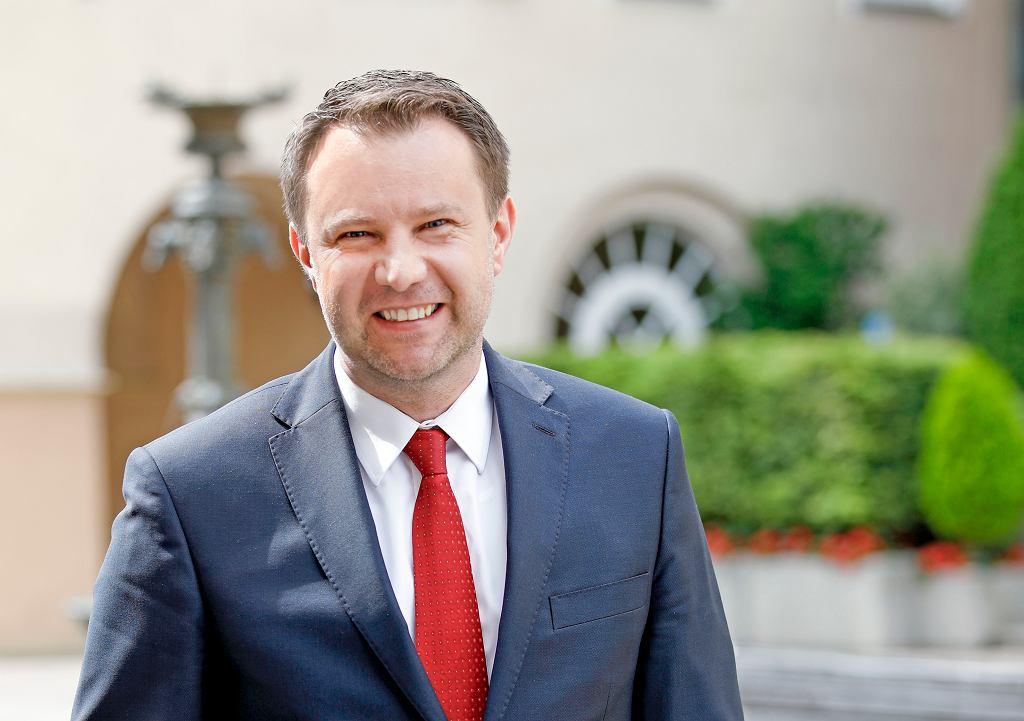- Czy będzie jeszcze mocniej zobowiązany wobec PiS i jeszcze częściej tylko urzędnikiem do podpisywania bez refleksji podsuwanych mu dokumentów, to się dopiero okaże - mówi o ewentualnej wygranej w wyborach Andrzeja Dudy, prezydent Opola.