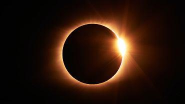 Zaćmienie Słońca już w czwartek. Będzie widoczne także na niebie w Polsce. Jak bezpiecznie je oglądać?