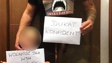 'Dukat konfident' - kartkę z taką treścią trzyma Paweł M. ps. Misiek