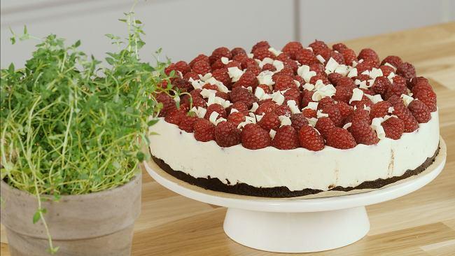 Sernik na zimno z malinami i białą czekoladą