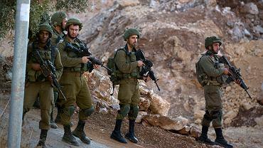 Patrol sił izraelskich w pobliżu obszaru ataku na zachód od miasta Ramallah