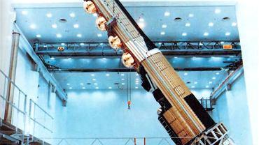 Starszy satelita zwiadowczy KH-9 Hexagon podczas produkcji. To poprzednik obecnie wykorzystywanych KH-11. KH-9 formalnie odtajniono w 2011 roku