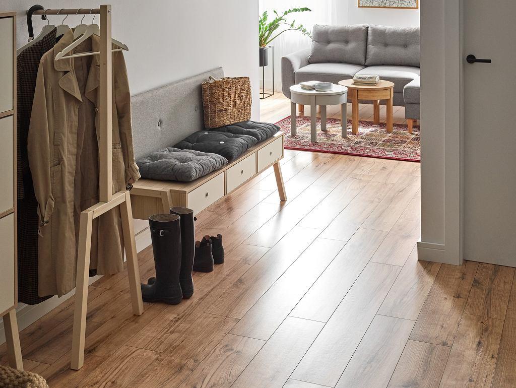 Podłoga Querra Harmony WR w kolorze rustykalnego dębu dodaje przestrzeni przytulności, wyróżniając się idealnie odwzorowaną strukturą drewna.