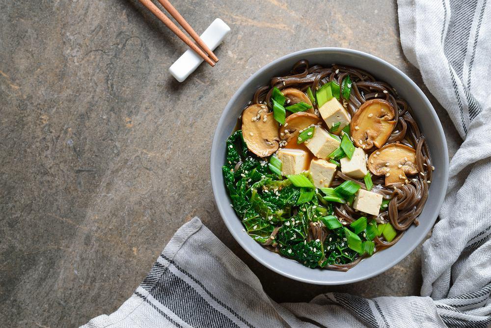 Jarmuż z tofu i grzybami w sosie orzechowo-musztardowym