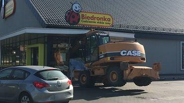Koparka wjechała w Biedronkę