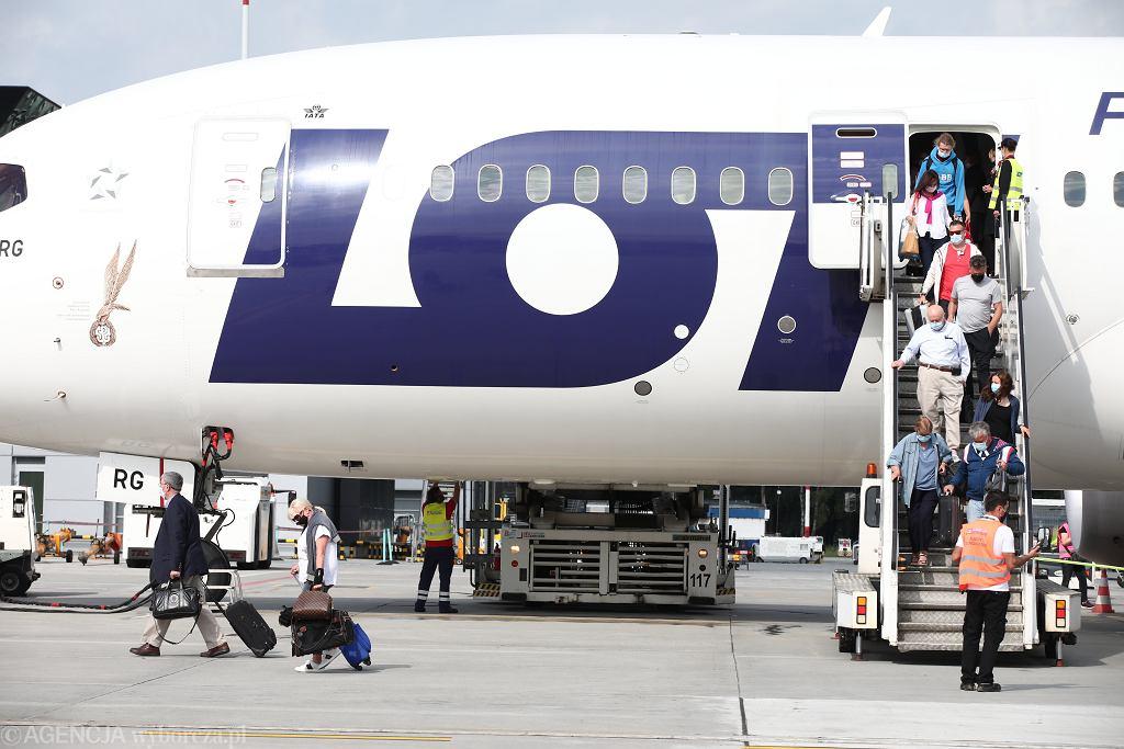 Samolot LOT na lotnisku w Balicach