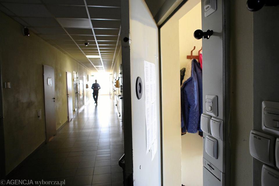 Więźniowie w Polsce piją, palą, wciągają, wstrzykują, wcierają. Narkotyki docierają za kraty dronami, w główkach cebuli, orzechach włoskich i waginach konkubin. We Wrocławiu zatrzymano strażnika, który zorganizował za kratami sieć dilerów.