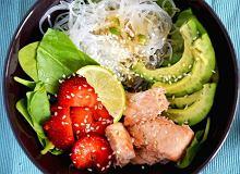 Lekka sałatka z makaronem ryżowym, łososiem, szpinakiem i truskawkami - ugotuj