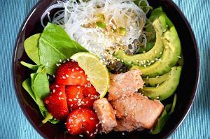 Lekka sałatka z makaronem ryżowym, łososiem, szpinakiem i truskawkami
