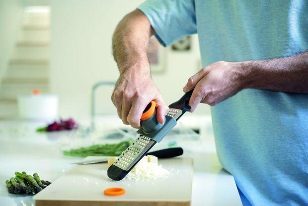 Tarka Fiskars wyposażona jest w specjalną osłonkę, która chroni nasze palce przed zranieniem w czasie ścierania produktów