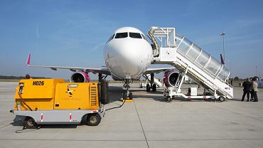 Samolot na lotnisku - zdj. ilustracyjne