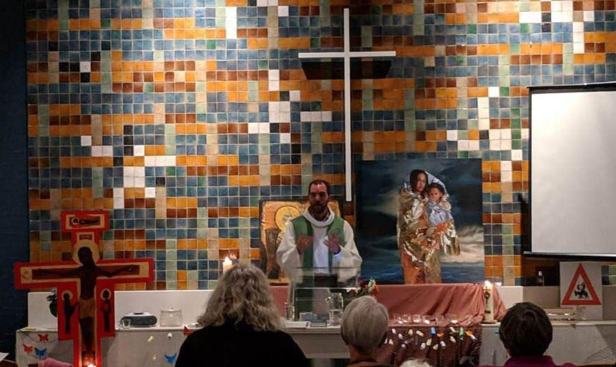Msza w Hadze trwa już miesiąc. Jeśli księża ją przerwą, do środka wejdzie policja