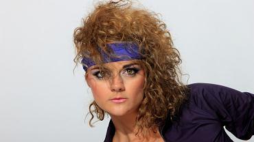 Fryzury lata 80. Jakie stylizacje włosów z tamtych lat wracają do mody? Sprawdziliśmy