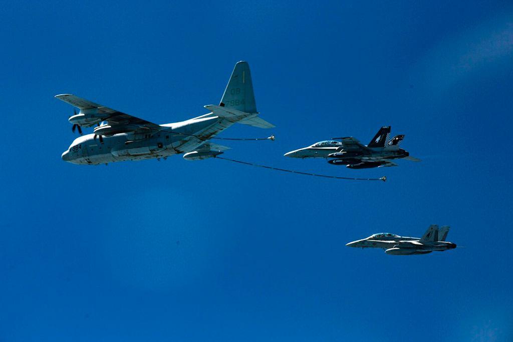 Myśliwce F/A-18 i KC-130J w powietrzu, zdj. z 2016 roku