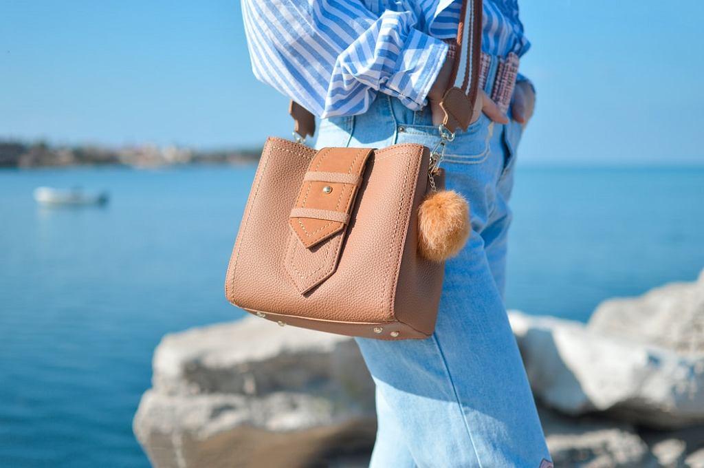 letnia torebka, zdjęcie ilustracyjne