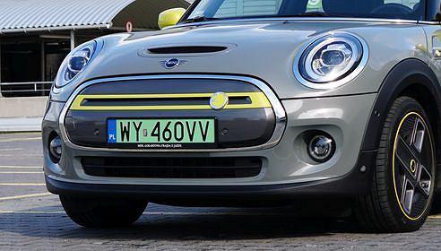 MINI, samochód elektryczny, zielone tablice rejestracyjne