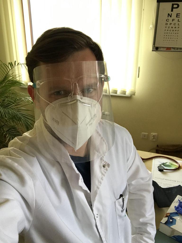 Lekarz podczas pracy w przychodni