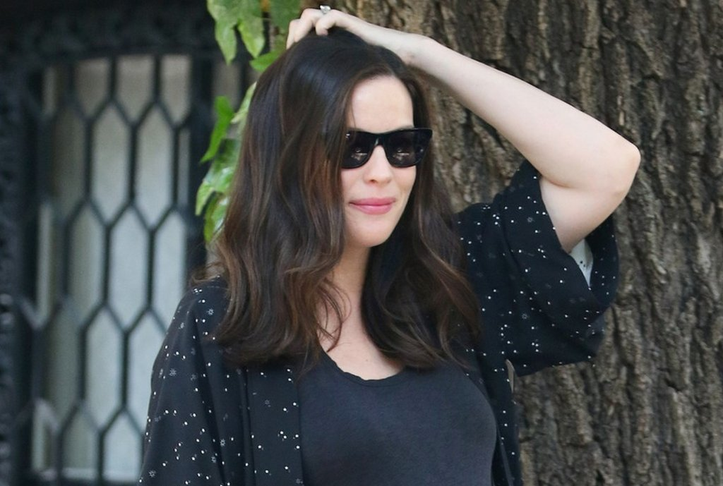 Liv Tyler kilka dni temu spacerowała po Nowym Jorku. Nawet w miarę luźny t-shirt nie zatuszował jej ogromnego już brzucha. Wszystko wskazuje na to, że Tyler urodzi swoje trzecie dziecko lada dzień. Macie więc ostatnią szansę, by zobaczyć, jak wygląda w zaawansowanej ciąży :)