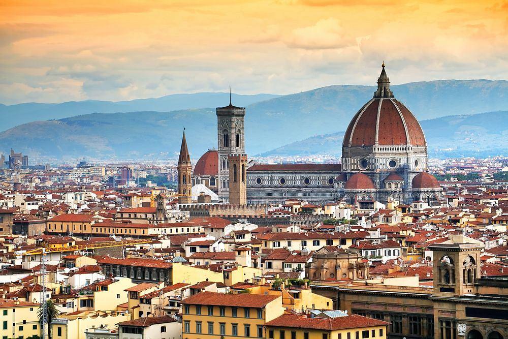 Florencja Włochy. Po zwiedzeniu licznych florenckich kościołów z Katedrą Matki Boskiej Kwietnej na czele, nie przegapcie zachodu słońca nad Arno i nie zapomnijcie skosztować lampki wyśmienitego Chianti w jednej z tutejszych winiarni.