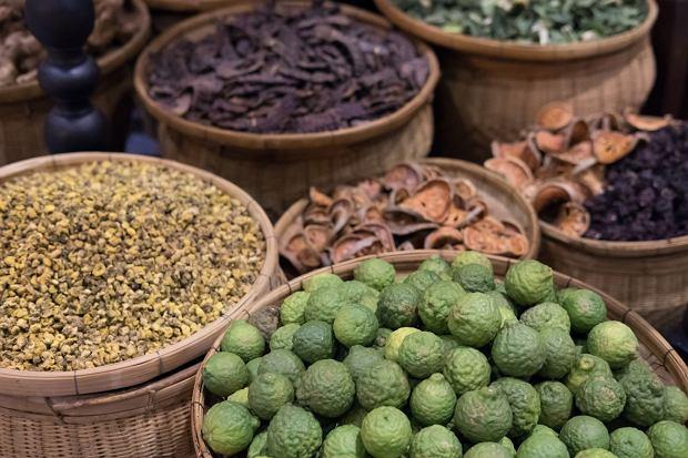 Stos limonek kaffir pośród innych artykułów na tajskim targu
