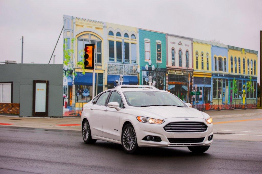 Autonomiczny Ford Fusion Hybrid w miasteczku w Michigan