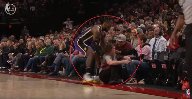 LeBron James staranował kobietę podczas meczu. Szybka i ładna reakcja gwiazdora