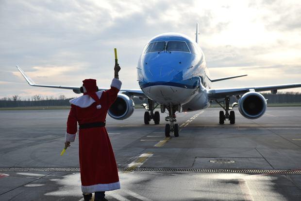 Zdjęcie numer 8 w galerii - Niecodzienny widok na wrocławskim lotnisku. Pasażerów witali i żegnali mikołaje-marszałkowie [ZDJĘCIA]