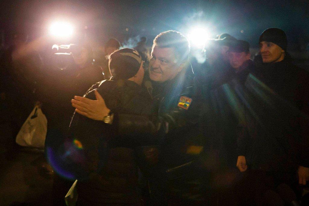 Prezydent Petro Poroszenko witający uwolnionych żołnierzy