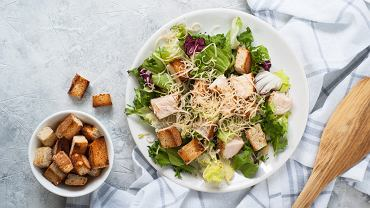 Sałatka cezar to klasyk, który możemy spotkać w menu restauracji na całym świecie