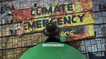 Akcja Greenpeace - na jednym z budynków unijnych w Brukseli zawieszono napis 'kryzys klimatyczny'