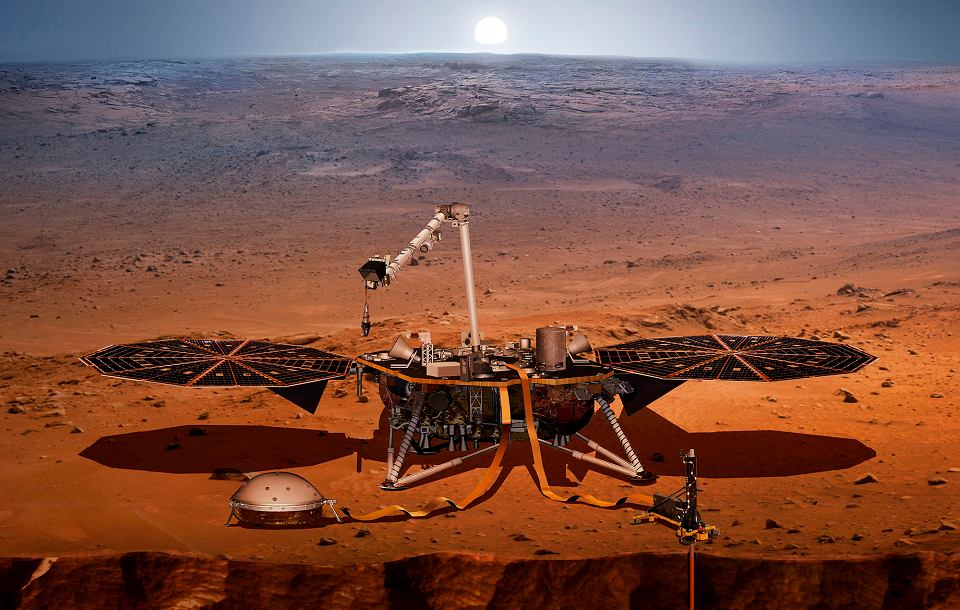 Lądownik InSight na Marsie. Przed nim dwa kluczowe przyrządy - sejsmograf (po lewej) i HP3 z Kretem (po prawej).