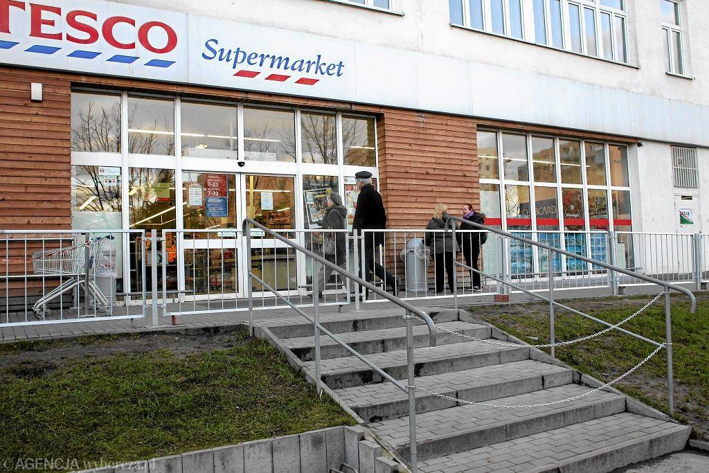 Przed sklepem Tesco na Ursynowie stanął labirynt z barierek. Pozwala wydłużyć drogę do sklepu i tym samym ominąć przepisy dot. sprzedaży alkoholu