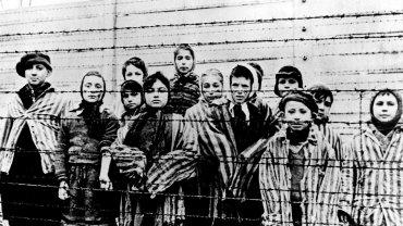 Dzieci w Auschwitz, sfotografowane zrobione tuż po wyzwoleniu obozu w 1945 r.