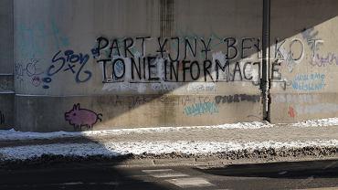 Napis 'Partyjny bełkot to nie informacje' w Poznaniu