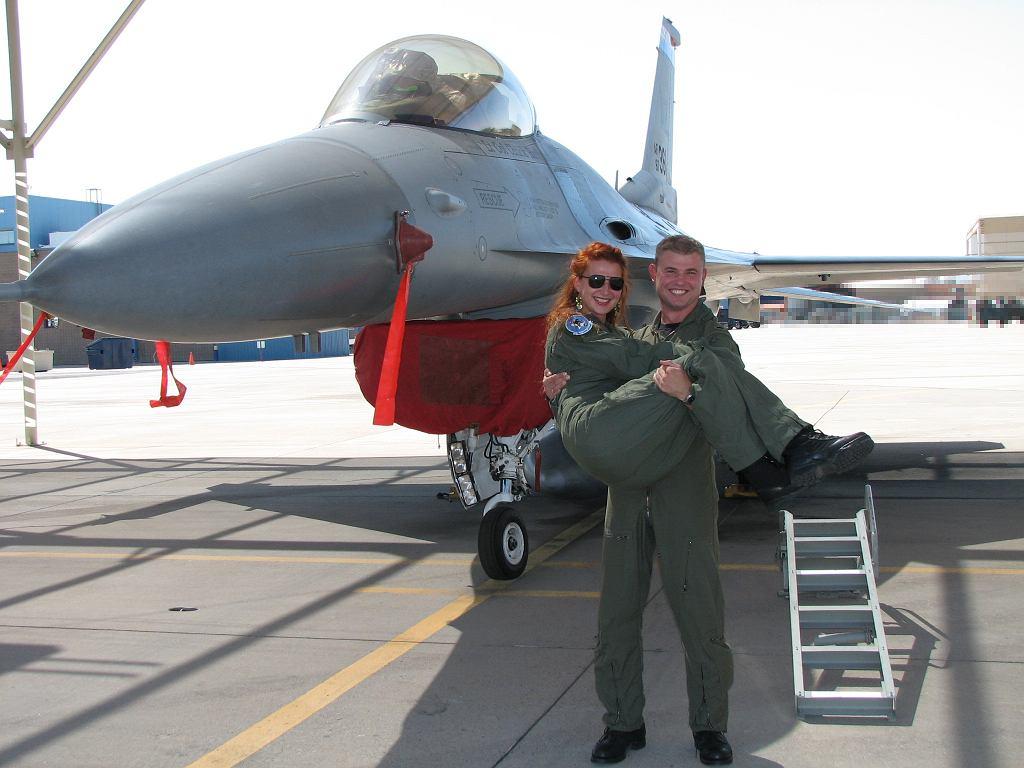Pilot z żoną i F-16. Tucson, Arizona, USA.