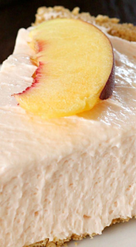 Sernik brzoskwiniowy bez pieczenia smakuje najlepiej mocno schłodzony
