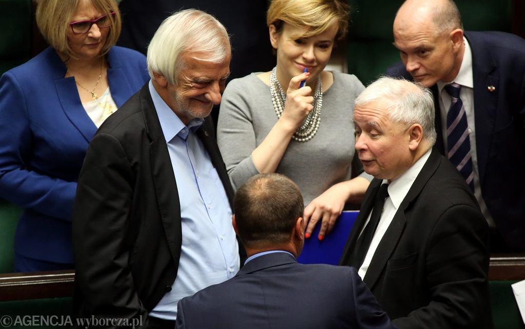 Jarosław Kaczyński namawia Pawła Kukiza do poparcia 'haraczu na wolne media'. Na zdjęciu: Kukiz, Kaczyński (i jego partyjni towarzysze) w Sejmie, 23 września 2016