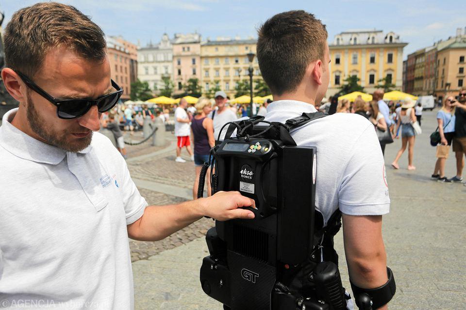 Zdjęcie numer 3 w galerii - Niepełnosprawny spacerował w egzoszkielecie po Rynku Głównym w Krakowie [ZDJĘCIA]