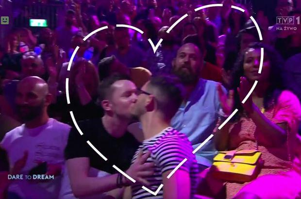"""Eurowizja 2019 to nie tylko święto muzyki, ale również z roku na rok coraz większej różnorodności i otwartości. TVP nie miała wpływu na transmisję na żywo, w czasie której pokazano homoseksualne pocałunki, ale za to zmieniła materiał z powtórki. Jest """"wytłumaczenie""""."""
