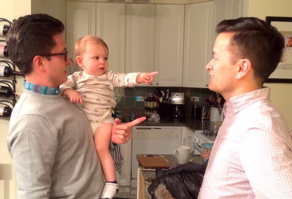 Chłopiec wpadł w zakłopotanie, kiedy zobaczył bliźniaka swojego taty