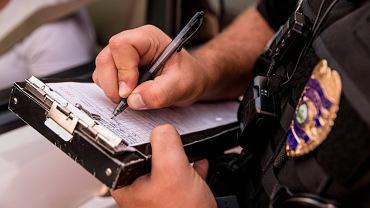 Sennik: policja i kontrola- jak odczytać ukryte znaczenie? Zdjęcie ilustracyjne
