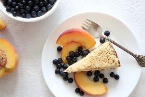 Jak zrobić puszysty sernik z brzoskwiniami? Prosty przepis na pyszny sernik z owocami
