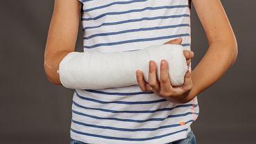 Atrofia mięśniowa może pojawić się z różnych przyczyn, m.in. na skutek   urazu czy kontuzji unieruchamiających.