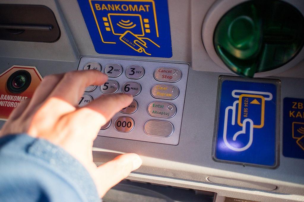 Cztery osoby zostały tymczasowo aresztowane za włamania do bankomatów poprzez ich wysadzenie w powietrze