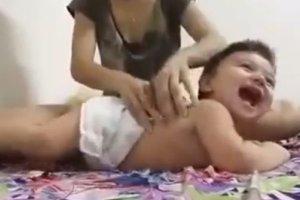Ten masaż niemowlaka mówi sam za siebie. Spróbujecie? [WIDEO]